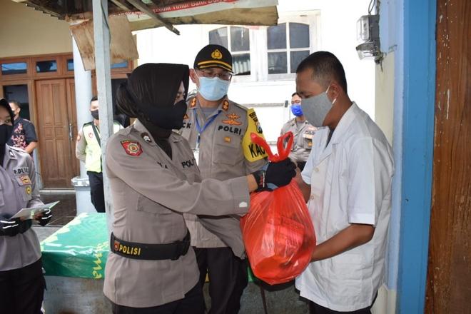 50 Orang Tunanetra Dapat Bantuan Sembako Dari Polres ...